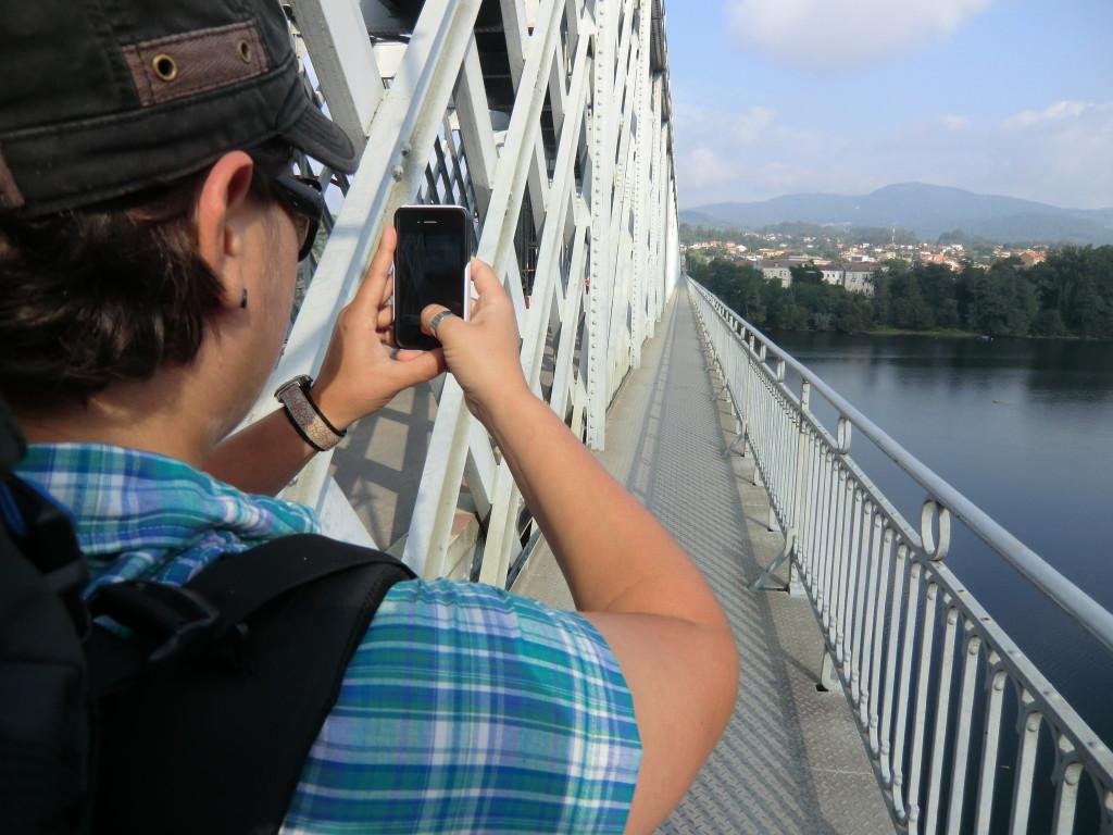 Mone auf der Brücke Richtung Spanien